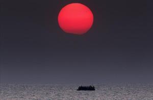 PREMIOS PULITZER Un bote inflable abarrotado de refugiados sirios a laderiva en el mar Egeo entre Turquía y Grecia.