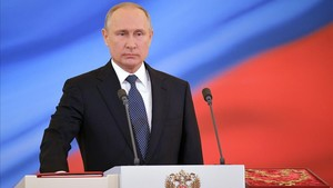 El presidente ruso, Vladimir Putin, toma el juramento durante una ceremonia de inauguración en el Kremlin de Moscú.