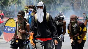 Un grupo de manifestantes se enfrentaa la policía este miércoles en Caracas.