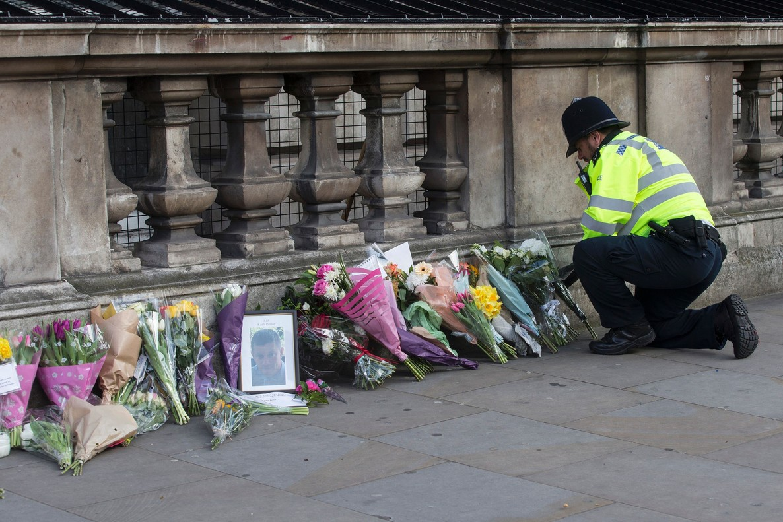 Recuerdo a las víctimas del atentado de Londres en el puente de Westminster, el 23 de marzo, un día después de la tragedia.
