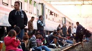 Refugiats davant un tren a Croàcia.