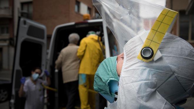 Voluntarios de la ONG Open Arms colaboran con el SEM en el traslado de ancianos residentes en geriátricos contagiados por el coronavirus.