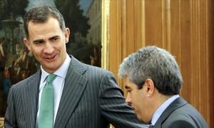 El Rey saluda a Francesc Homs a su llegada al Palacio de la Zarzuela, este miércoles.