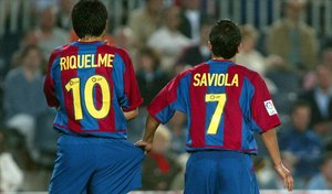 Riquelme y Saviola forman una barrera en el Barça-Mallorca de la Liga 2002-03, la única en la que coincidieron.