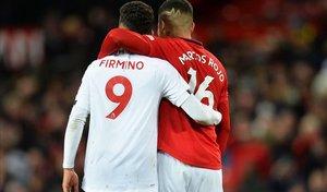 Roberto Firmino (Liverpool) y Marcos Rojo (Manchester United) se felicitan al final del duelo de Old Trafford.