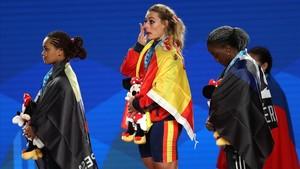 Lydia Valentín, en lo alto del podio, tras recibir la medalla de oro de campeona del mundo.