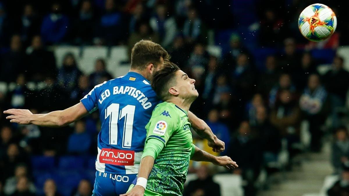 Baptistao y Bartra pugnan por un balón, este jueves en Cornellà.