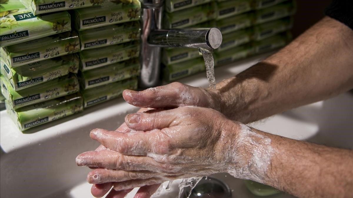 Una persona se lava las manos meticulosamente con agua y jabón durante el confinamiento en su domicilio.