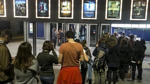 Colas de espectadores ante una sala durante la Fiesta del Cine del 2014.
