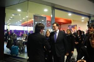 Saludo entre presidentes 8Puigdemont y Rajoy, momentos antes del homenaje a las víctimas del vuelo de Germanwings.