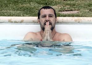 El ministro de Interior italiano Matteo Salvini se baña en una piscina durante la visita a una propiedad confiscada a la mafia italiana.