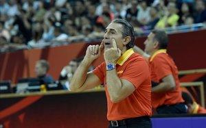 Scariolo da instrucciones a sus jugadores durante el partido de cuartos
