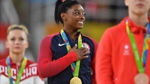 Simone Biles, al recoger su tercera medalla de oro.