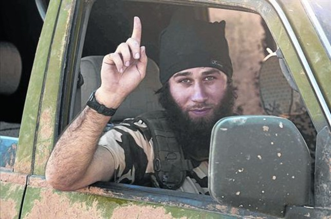 Un combatiente del Estado Islámico a las afueras de Kobani.