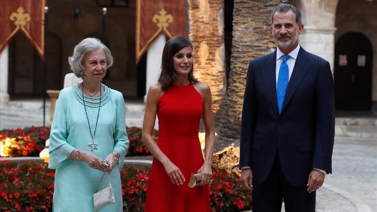 Sofía, Letizia y Felipe VI, en la recepción en el Palacio de la Almudaina, en Palma.