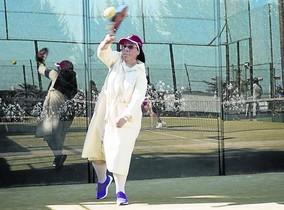 Sor Lucía Caram, jugando a pádel.