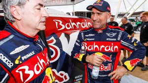 Stephane Peterhansel, a la derecha, habla, feliz, con un agotado Carlos Sainz.