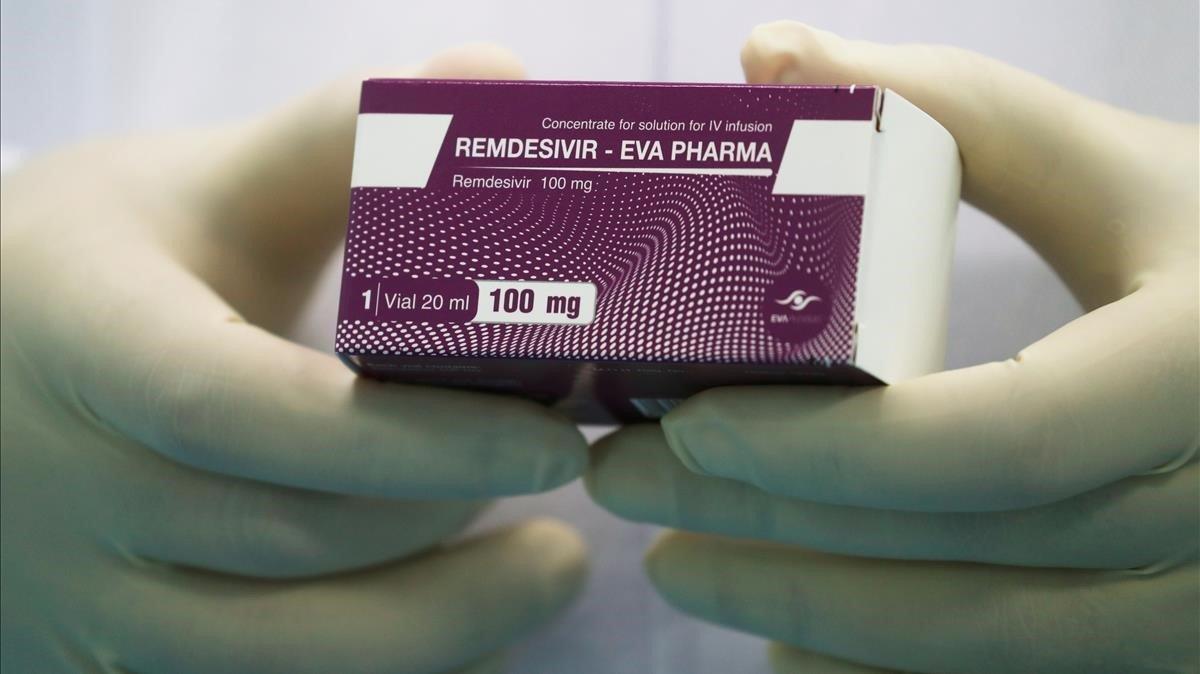 Un técnico de laboratorio muestra una caja de Remdesivir en El Cairo.