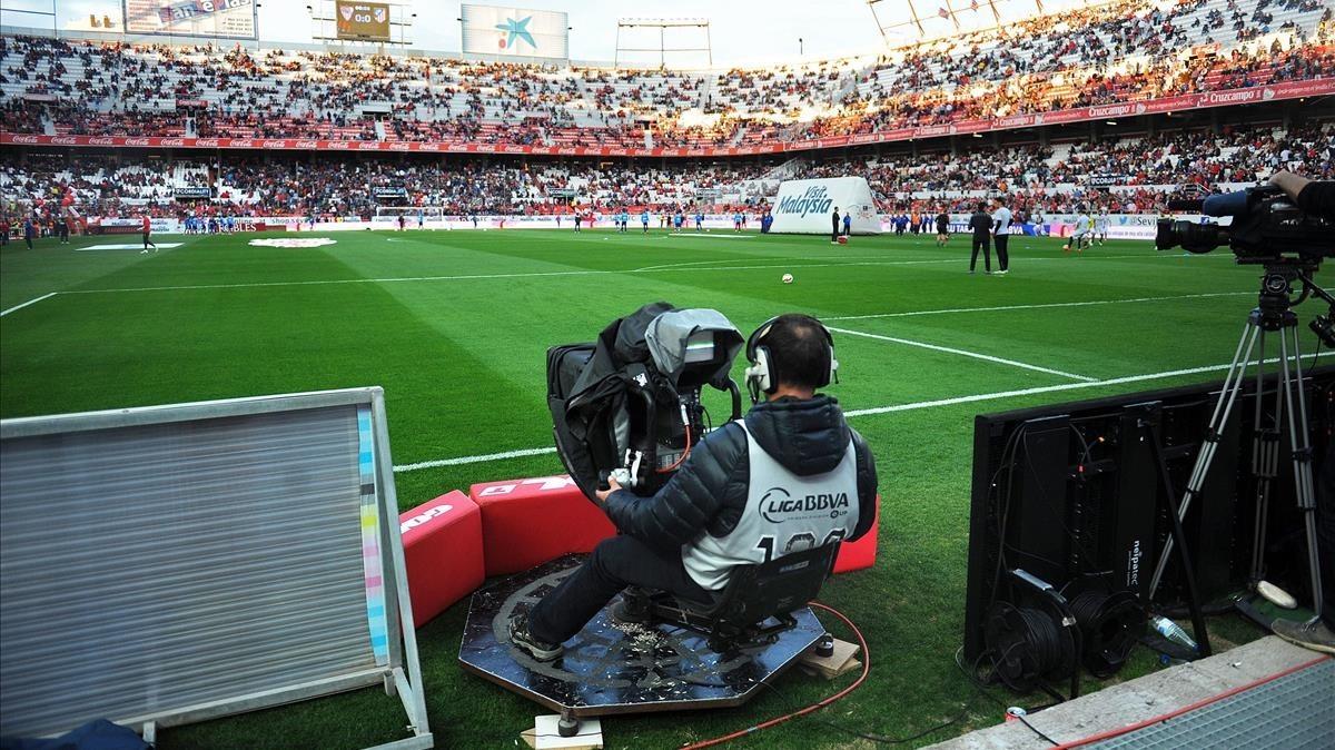 Cámara de televisión, durante la retransmisión de un partido de la Liga Santander.