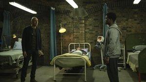Mark Strong da vida a un peculiar cirujano en 'Temple' (Sky).