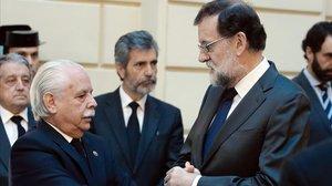 El teniente fiscal Luis Navajas, con Mariano Rajoy, en el 2017.