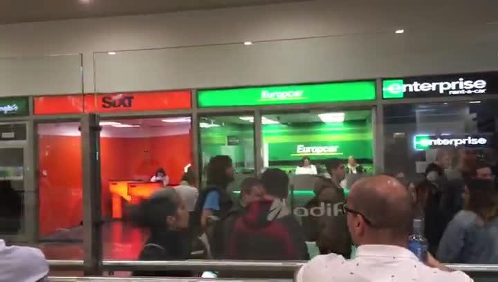 Tensión durante el desalojo de la estación del AVE en Sants
