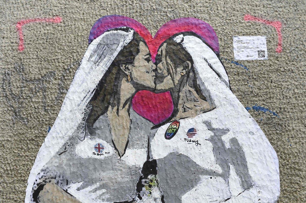'The Royal Kiss', las duquesas Kate Middleton y Meghan Marklen retratadas por TVBoy.