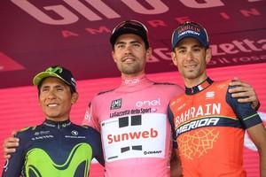 Tom Dumoulin, en el podio final del Giro, junto a Nairo Quintana (Izquierda) y Vincenzo Nibali.