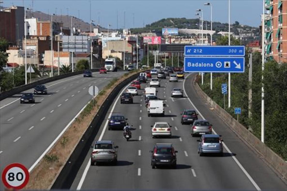 Tráfico denso en la C-31 a su paso por Badalona, ayer, en sentido a Girona.