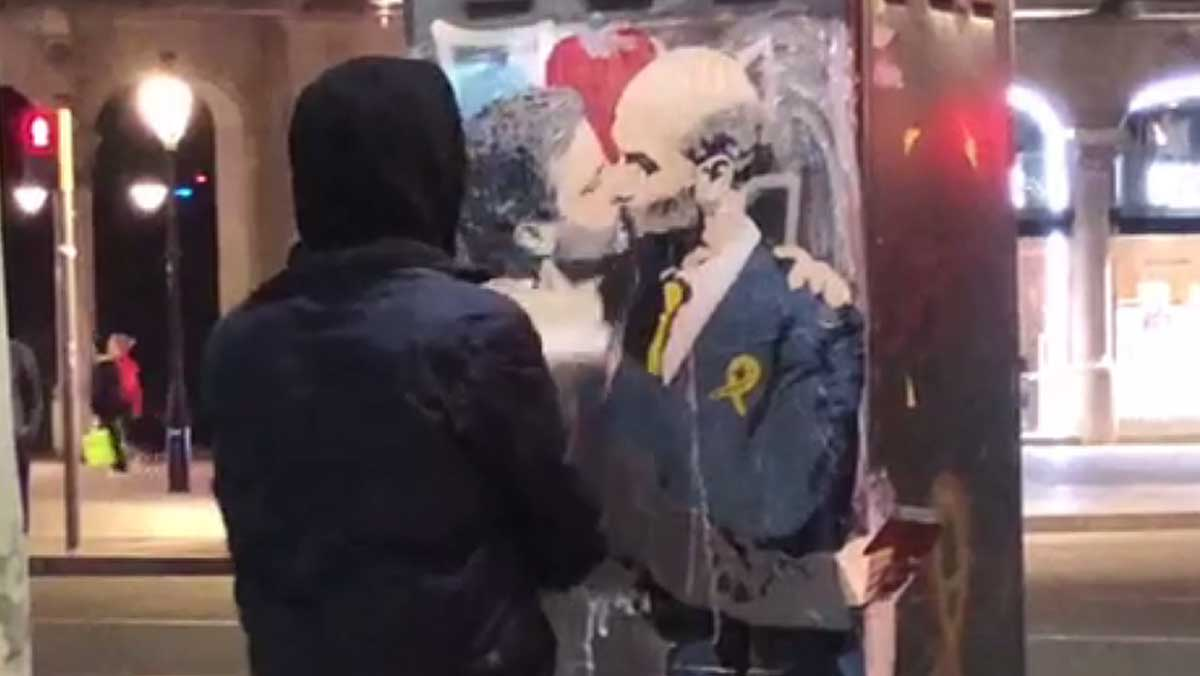 TvBoy, el artísta urbano que ha pintado el beso del Sant Jordi, entre Mourinho y Guardiola.