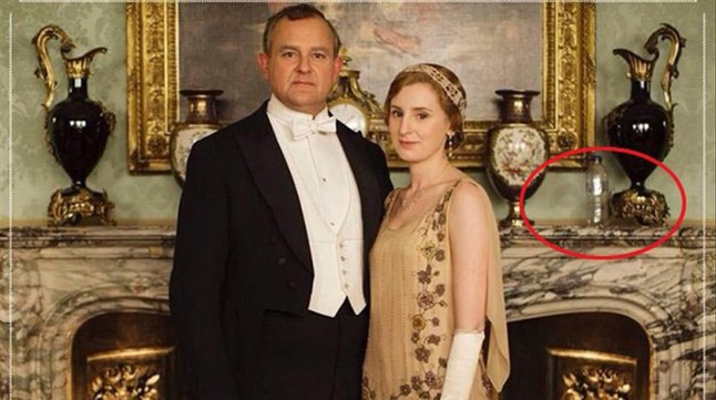 La imagen de 'Downton Abbey' con la botella de agua.
