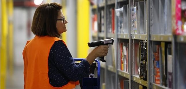 Una empleada del centro de Amazon en San Fernando de Henares, Madrid.