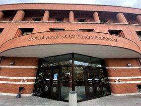 Una fachada de la Facultad de Ciencias Jurídicas Políticas y Económicas.
