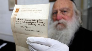 Una de las dos notas de Albert Einstein, subastadas en Jerusalén este martes.