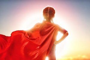 Una niña con capa de superheroína.