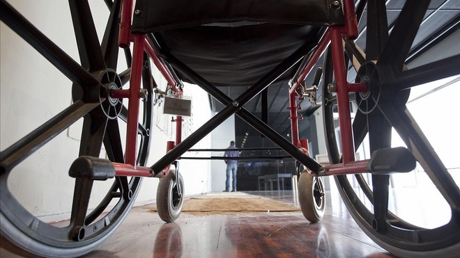 Una silla de ruedas-