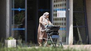 Una mujersalende un centro de atención primaria (CAP) de Barcelona.