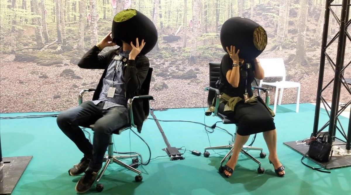 Usuarios experimentando las sensaciones de realidad virtualen una edición pasada del Sónar+D.