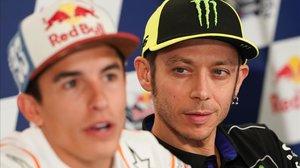 Valentino Rossi, a la derecha, observa a Marc Márquez, en el GP de EEUU de este año.