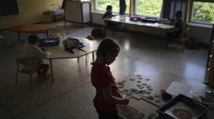 Varios niños juegan respetando la distancia recomendadaen una escuela de Marsella, el 14 de mayo.