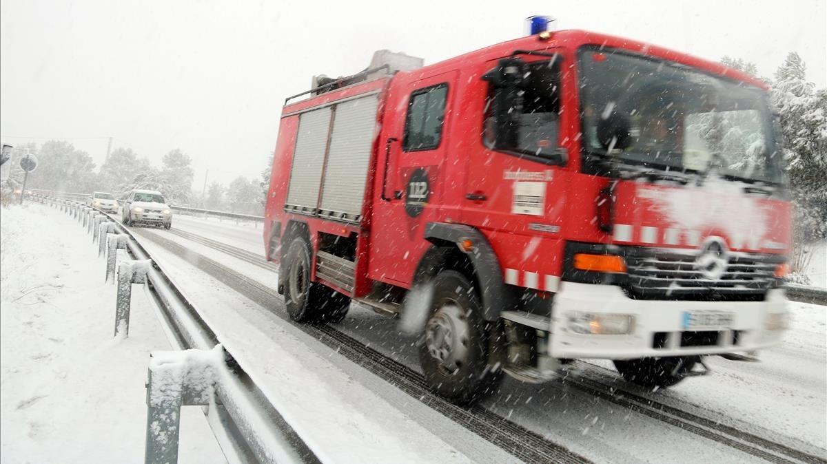 Un vehículo de los bomberos en la carretera C-37 en el término municipal de Sant Salvador de Guardiola.