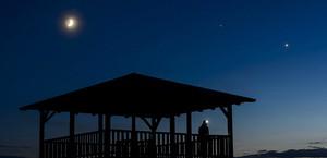 (D'esquerra a dreta, al cel) - La lluna, Júpiter i Venus són observats des del mirador de Mogyorosi a prop de Salgotarjan a Hongria aquest diumenge passat.