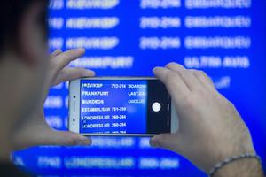 Un viajero fotografía el panel de salidas del aeropuerto de El Prat, el pasado día 6.