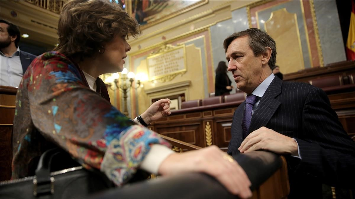 La vicepresidenta conversa con el portavoz popular Rafael Hernando.