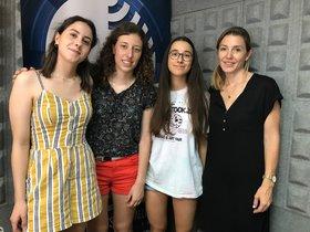 Visita a la radio local de las tres mejores notas de las PAU en Parets del Vallès.