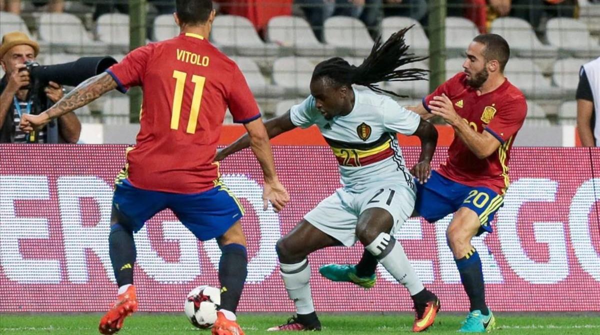 Vitolo y Carvajal luchan por el balón ante Lukaku.