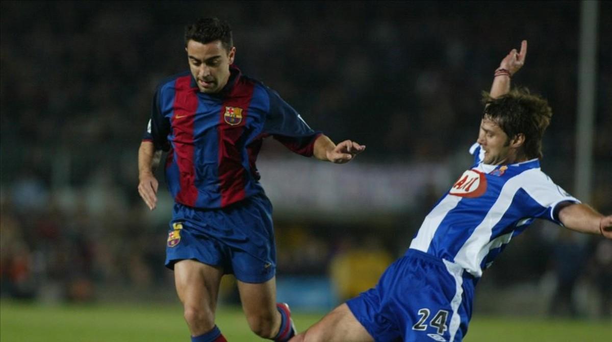Xavi y Pochettino durante un partido entre Barcelona y Espanyol del 2004.
