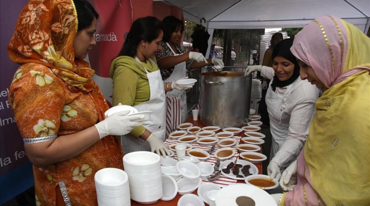 Un grupo de mujeres participa en el iftar comunitario en la Rambla del Raval en el 2009.