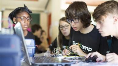 Los talleres tecnológicos triunfan en los 'casals' de verano