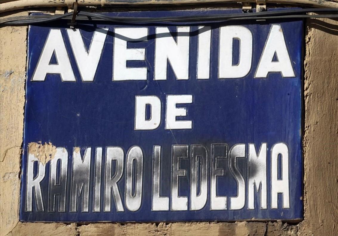 Placa franquista en una calle de València.